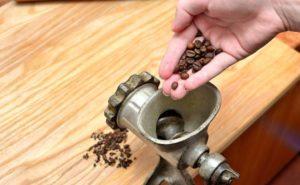Как молоть кофе без кофемолки