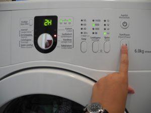 Как остановить стиральную машину во время стирки: встроенные функции отключение питания
