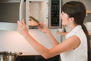 Как убрать неприятный запах из микроволновки