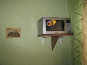Вешаем микроволновую печь на стенку правильно