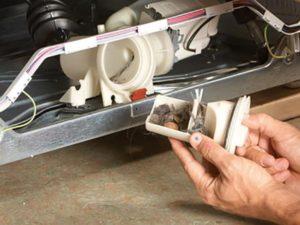 Где находится помпа в стиральной машине: как добраться до сливного насоса?