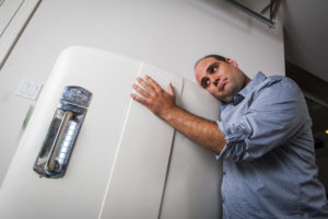 Громко работает холодильник: причины как устранить шум
