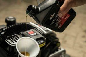 Как выбрать и поменять масло для газонокосилок с 2-тактным и 4-тактным двигателем