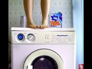 Почему при отжиме стиральная машина прыгает трясется вибрирует?