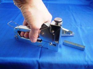 Как пользоваться строительным степлером: вставить скобы отрегулировать перед работой