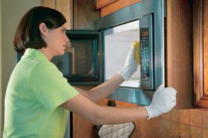 Как убрать запах из микроволновки без вредных средств
