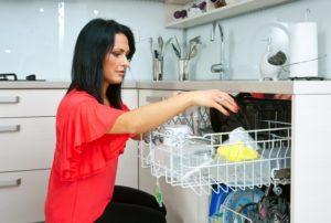 Как убрать неприятный запах из посудомоечной машины?