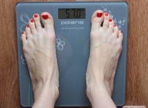 Почему электронные весы показывают разный вес?