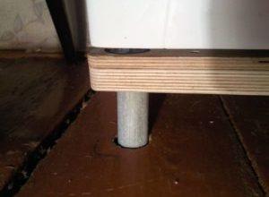 Установка стиральной машины своими руками: в ванной на кухне на деревянный пол
